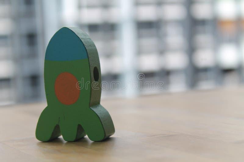Weihnachtsspielzeug für den Weihnachtsbaum lokalisiert auf dem weißen Hintergrund mit dem Schatten Grüne hölzerne Rakete lizenzfreie stockbilder