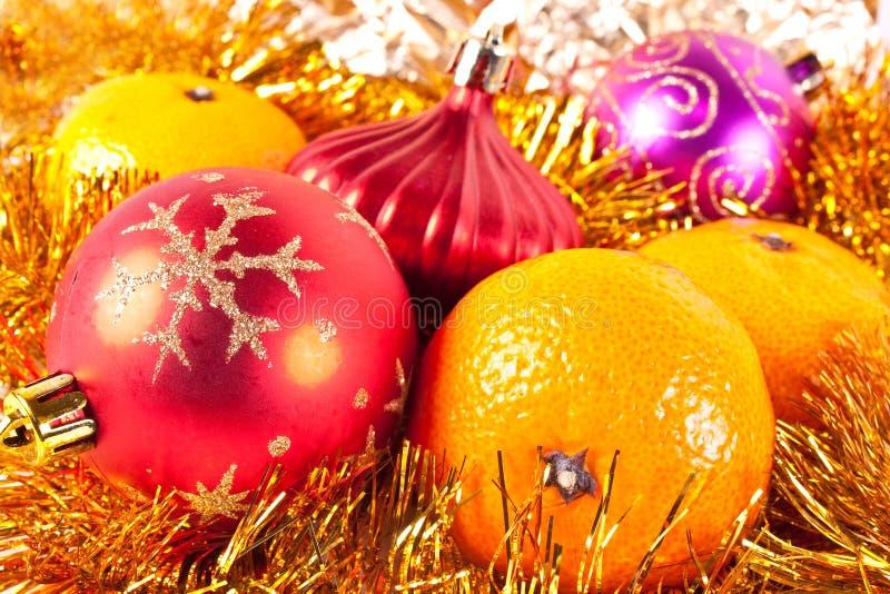Weihnachtsspielzeug und -tangerine stockfotos