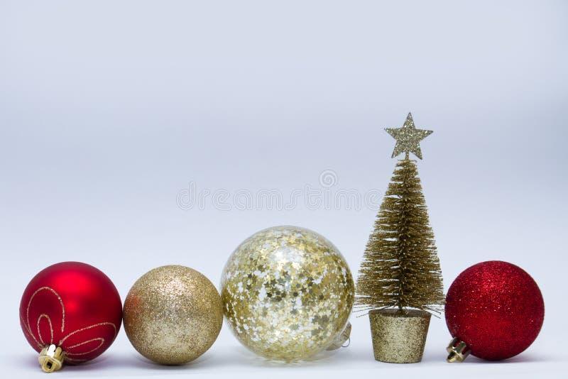 Weihnachtsspielzeug, viele glittery Bälle der goldenen, roten, silbernen Farbe und goldenen des Baums, die in Folge steht Neues J lizenzfreies stockbild