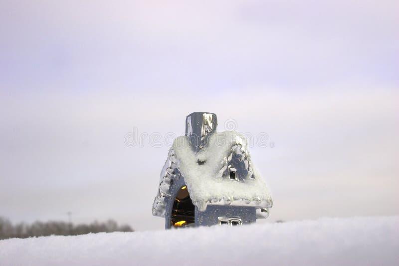 Weihnachtsspielzeughaus auf dem Schnee stockfoto