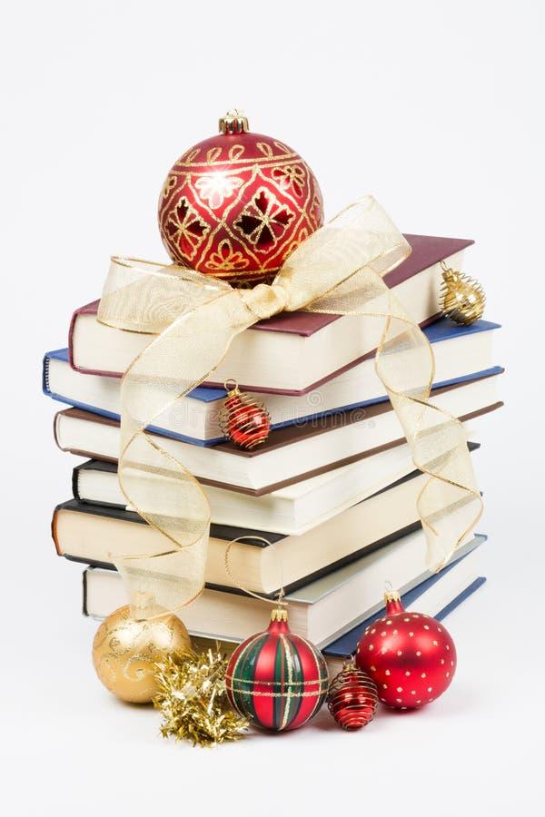 Weihnachtsstapel Bücher lizenzfreie stockbilder