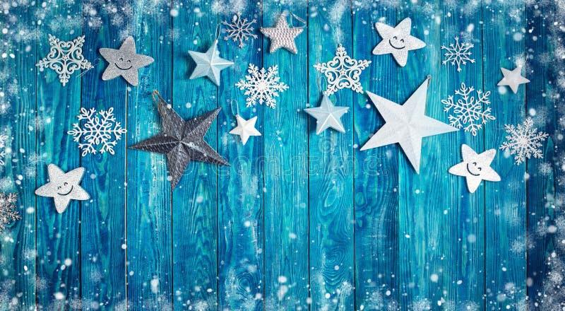 Weihnachtssterne auf hölzernen Planken stockbild