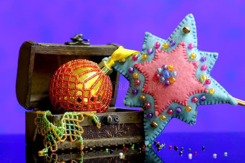 Weihnachtssternhintergrund mit Goldkugelhandgemachtem verziert stockfotografie