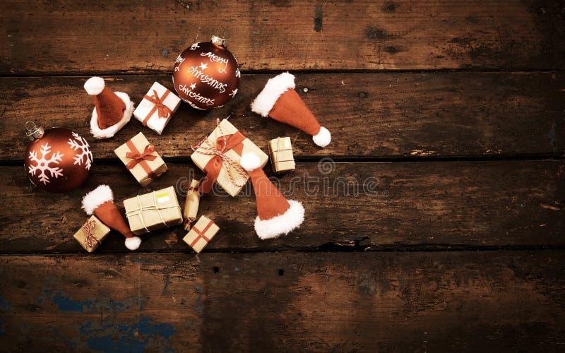 Weihnachtsstillleben auf dunklem rustikalem Holz stockfotos