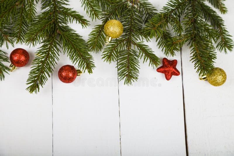 Weihnachtsstillleben auf einem Holztisch lizenzfreies stockfoto