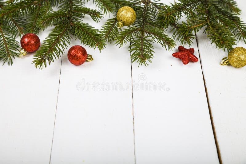 Weihnachtsstillleben auf einem Holztisch lizenzfreie stockbilder
