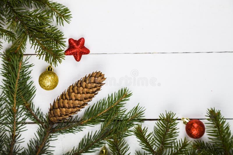 Weihnachtsstillleben auf einem Holztisch lizenzfreies stockbild