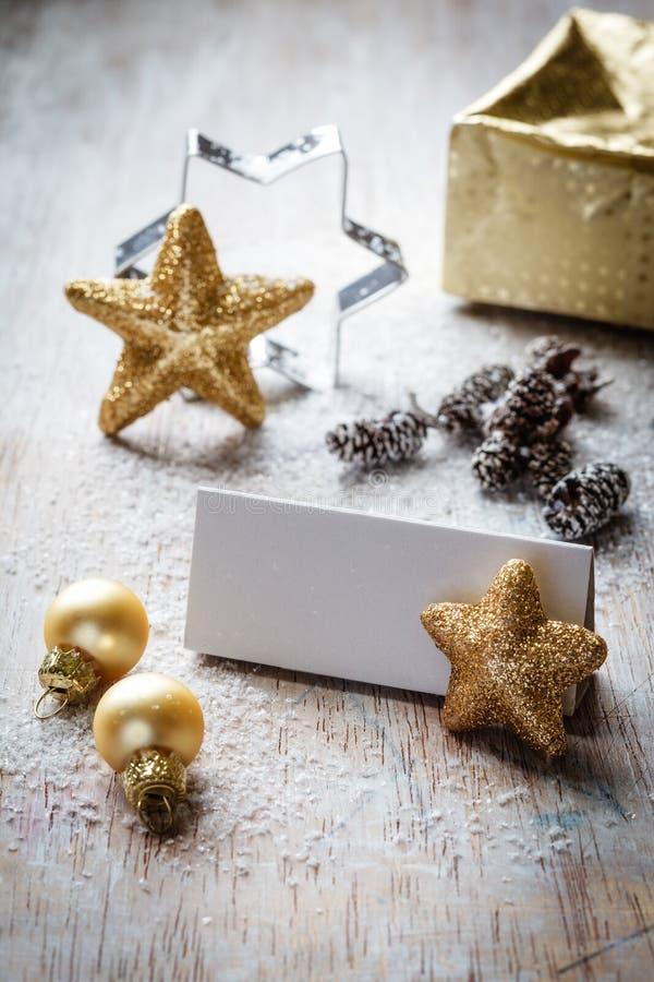 Weihnachtsstillleben auf Holz, Platzkarte, Kopienraum stockfoto