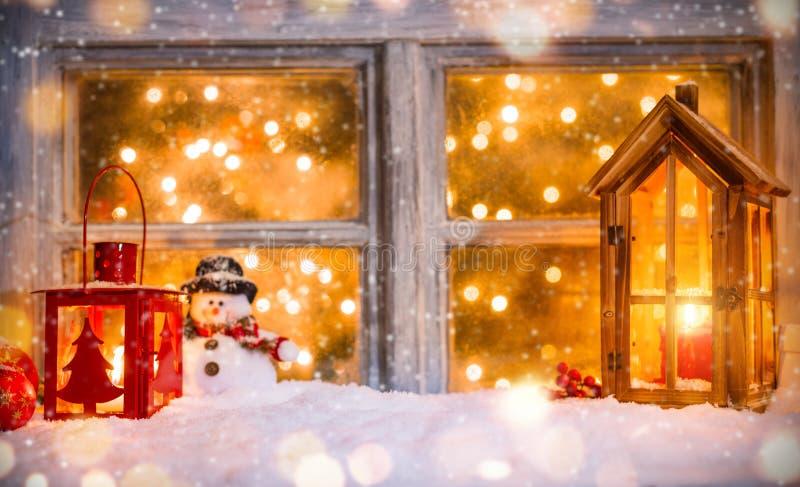 Weihnachtsstillleben mit altem hölzernem Fenster stockfoto