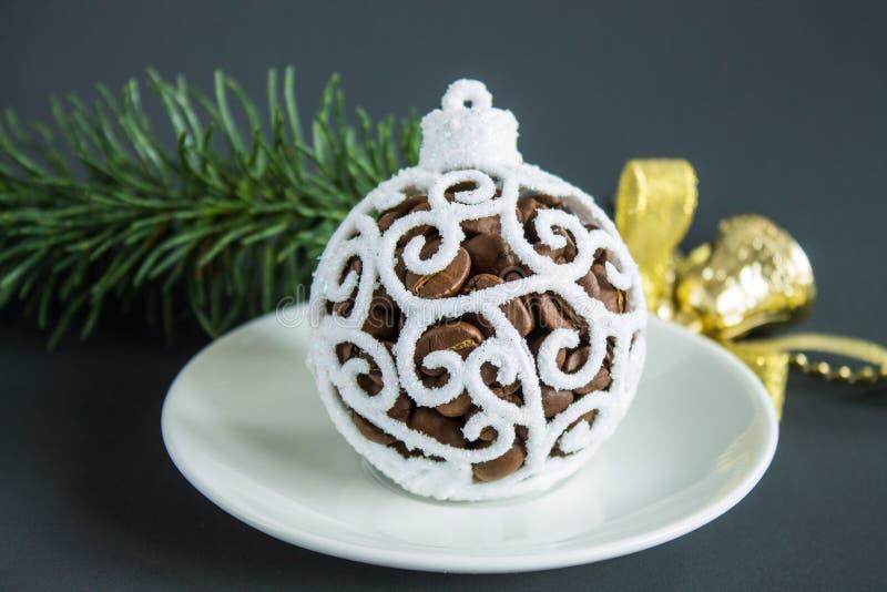 Weihnachtsstillleben mit Ball der weißen Weihnacht und Kaffeebohnen lizenzfreie stockfotografie