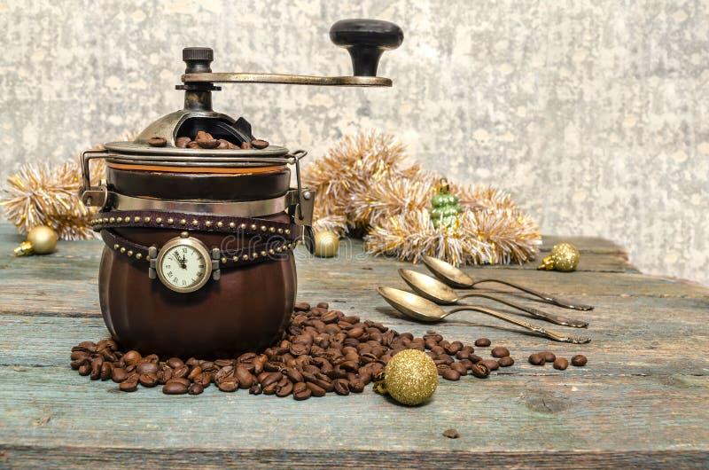 Weihnachtsstillleben mit Kaffee und Uhr lizenzfreie stockfotos
