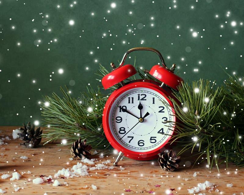 Weihnachtsstillleben mit rotem Wecker und Kiefer verzweigt sich stockbilder