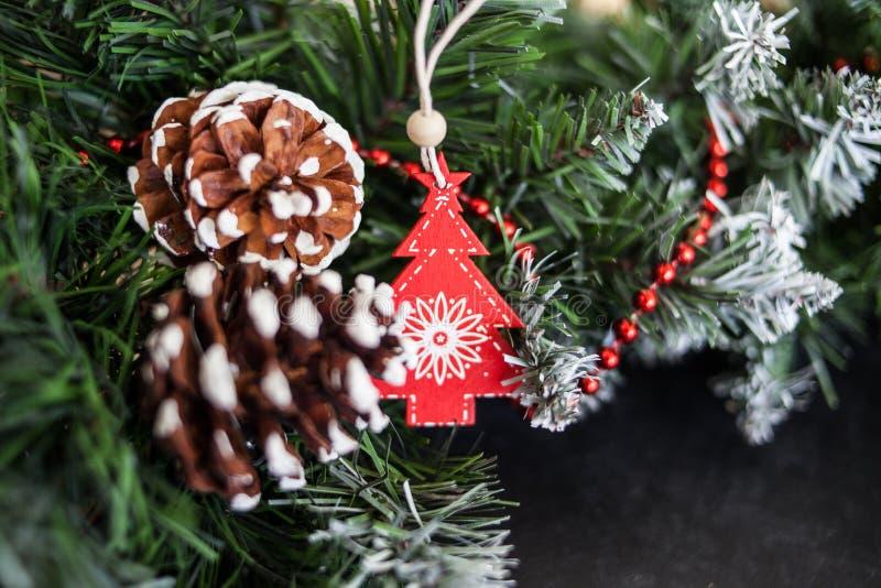 Weihnachtsstillleben mit Spielzeugengel und Weihnachtsdekorationen lsoft Fokus, unscharfer Hintergrund lizenzfreies stockfoto