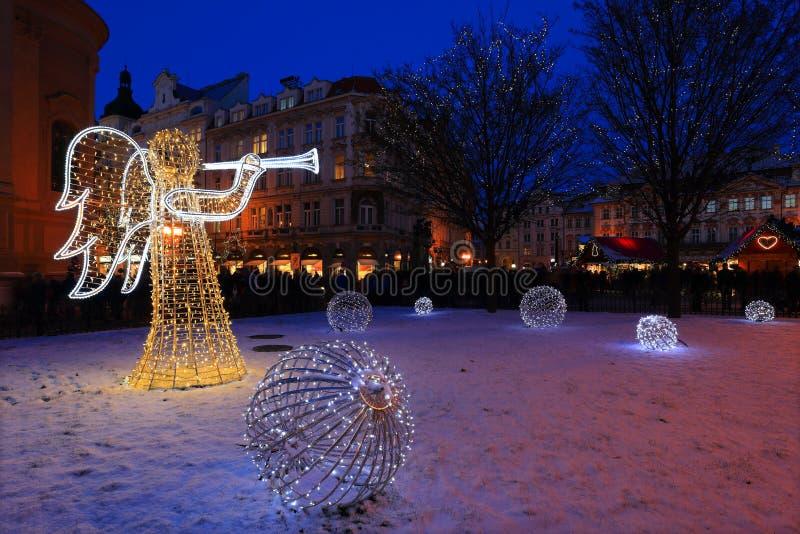 Weihnachtsstimmung auf dem Nachtschneebedeckten alten Marktplatz, Prag, Tschechische Republik lizenzfreies stockbild