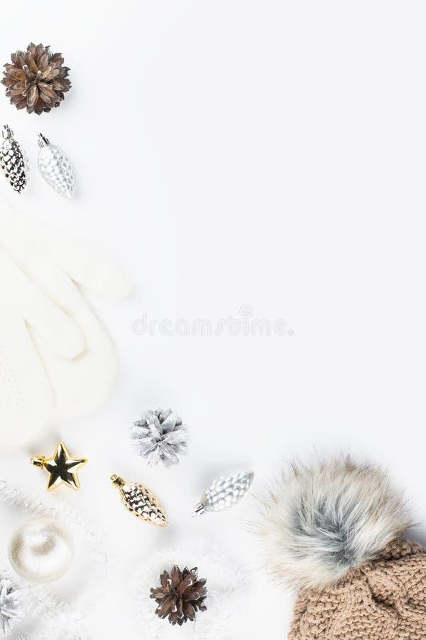 Weihnachtsstimmungszusammensetzung mit Weihnachtsstrickjacke, Hut, heißes Getränk, Dekorationen Flache Lage des Winterkonzeptes,  stockbild