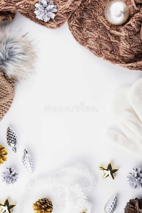 Weihnachtsstimmungszusammensetzung mit Weihnachtsstrickjacke, Hut, heißes Getränk, Dekorationen Flache Lage des Winterkonzeptes,  stockbilder