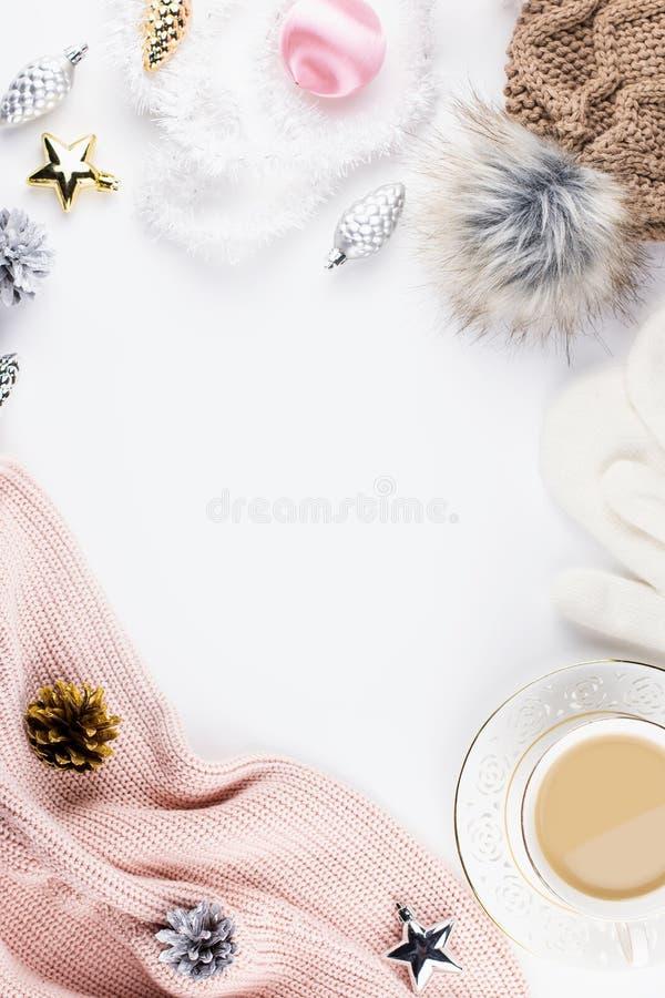 Weihnachtsstimmungszusammensetzung mit Weihnachtsstrickjacke, Hut, heißes Getränk, Dekorationen Flache Lage des Winterkonzeptes,  lizenzfreie stockfotografie