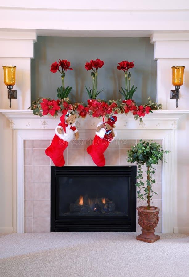 Weihnachtsstrümpfe auf dem Umhang lizenzfreie stockfotos
