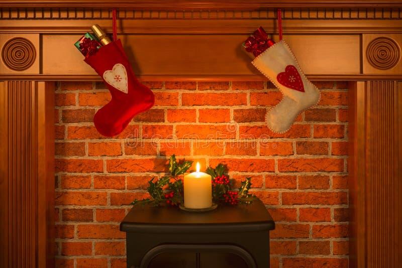 Weihnachtsstrümpfe, die über dem Kamin hängen lizenzfreie stockfotografie