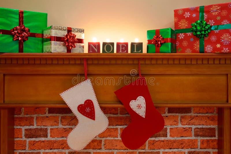 Weihnachtsstrümpfe unter der Kamineinfassung stockfotografie