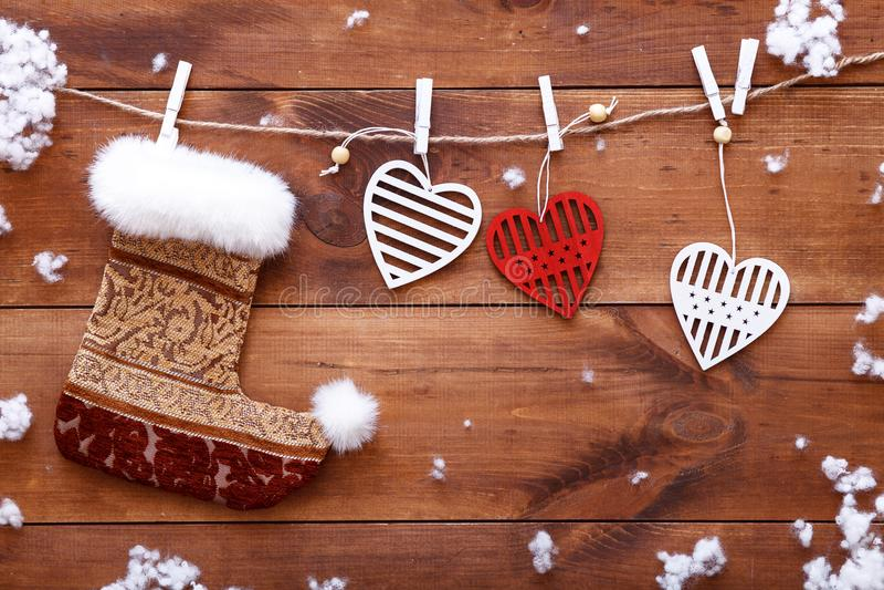 Weihnachtsstrumpf, weiße rote Herzen, die am braunen hölzernen Hintergrund, Weihnachtsvalentinsgrußtageskarte, Kopienraum, Draufs lizenzfreies stockbild