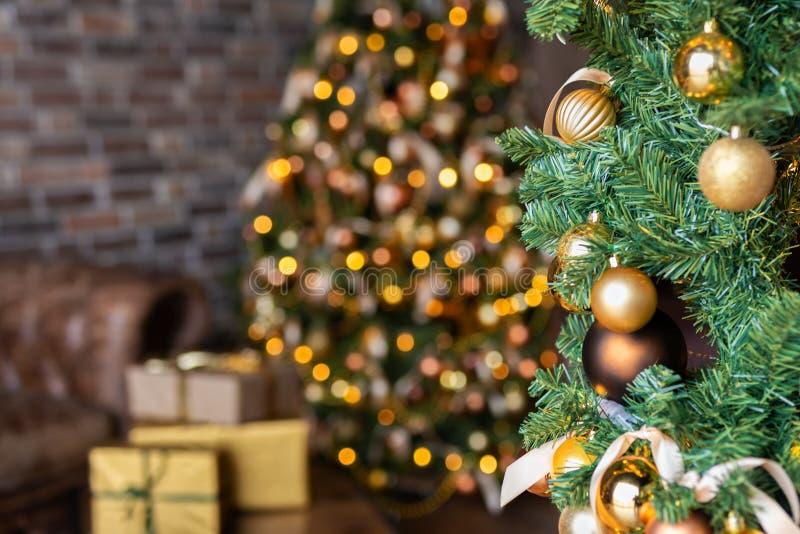 Weihnachtsszene mit verziertem Weihnachtsbaum mit Geschenkboxen im gemütlichen Dachboden lizenzfreies stockfoto