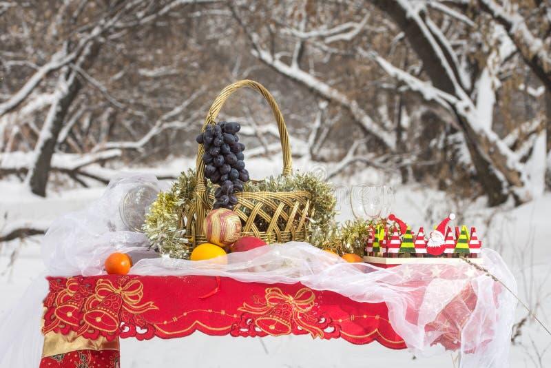 Download Weihnachtstabelle Im Winterwald Stockfoto - Bild von kerze, vorabend: 90232734