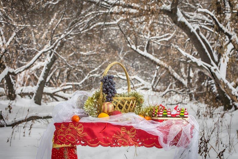 Download Weihnachtstabelle Im Winterwald Stockfoto - Bild von feier, feiertag: 90233092