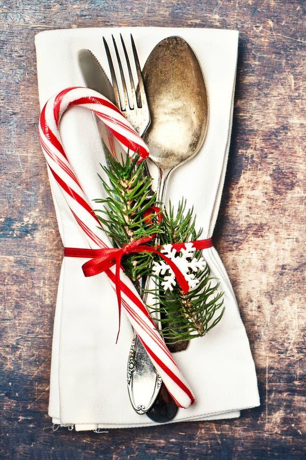 Weihnachtstabellengedeck mit Weihnachtsbaumasten, spoo lizenzfreie stockfotos