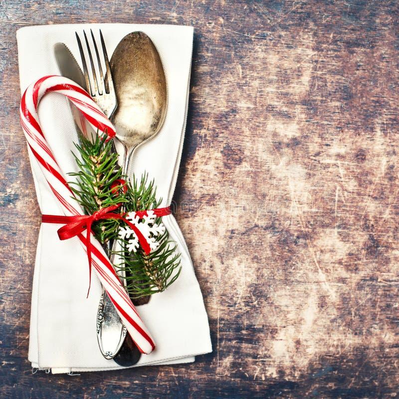 Weihnachtstabellengedeck mit Weihnachtsbaumasten, spoo stockfotos