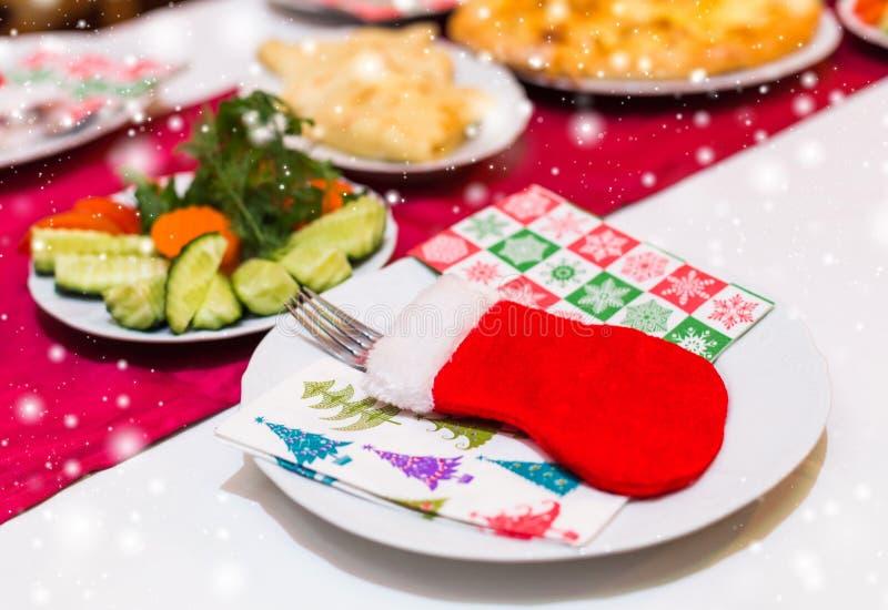 Weihnachtstabellengedeck mit Weihnachtskiefer verzweigt sich, Band und Bogen Weihnachts- und Neujahrsfeiertaghintergrund lizenzfreie stockfotos