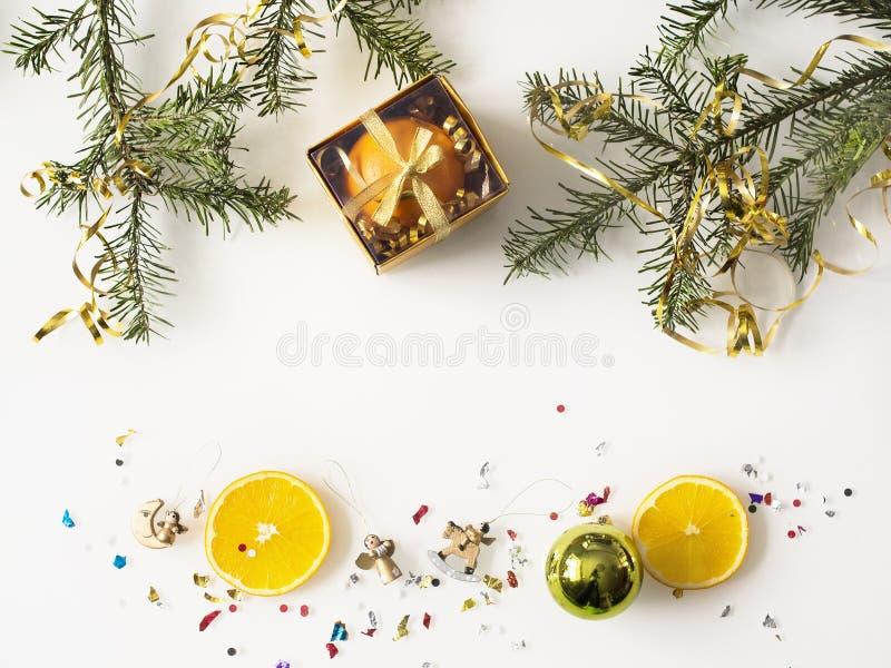 Weihnachtstanne und -orangen auf einem weißen Hintergrund stockbild