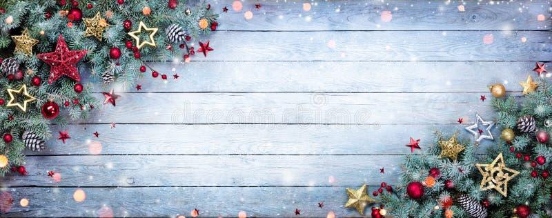 Weihnachtstannen-Baum mit Flitter und Schneeflocken auf hölzernem lizenzfreie stockfotos