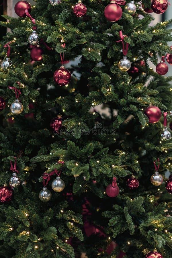 Weihnachtstannenbaum in den Dekorationen mit Bällen, Nahaufnahmehintergrund stockbilder