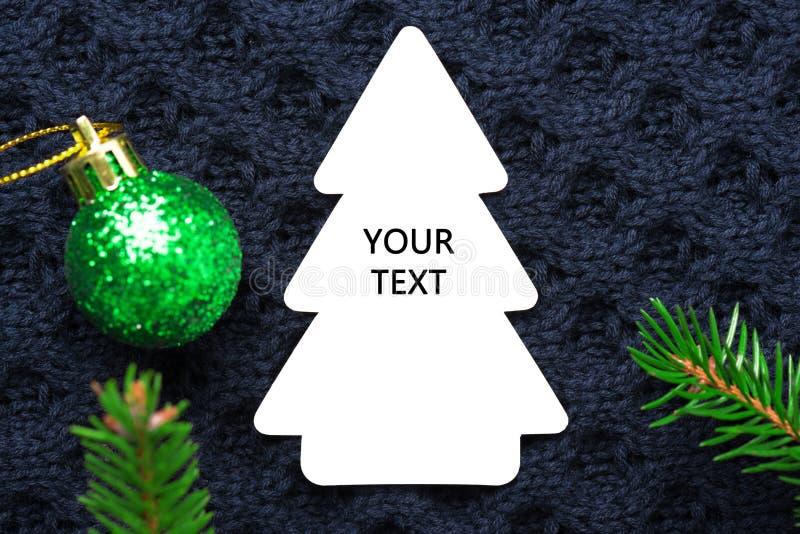 Weihnachtstannenbaum mit Dekoration auf dunkelblauem gestricktem Wollhintergrund lizenzfreie stockfotografie