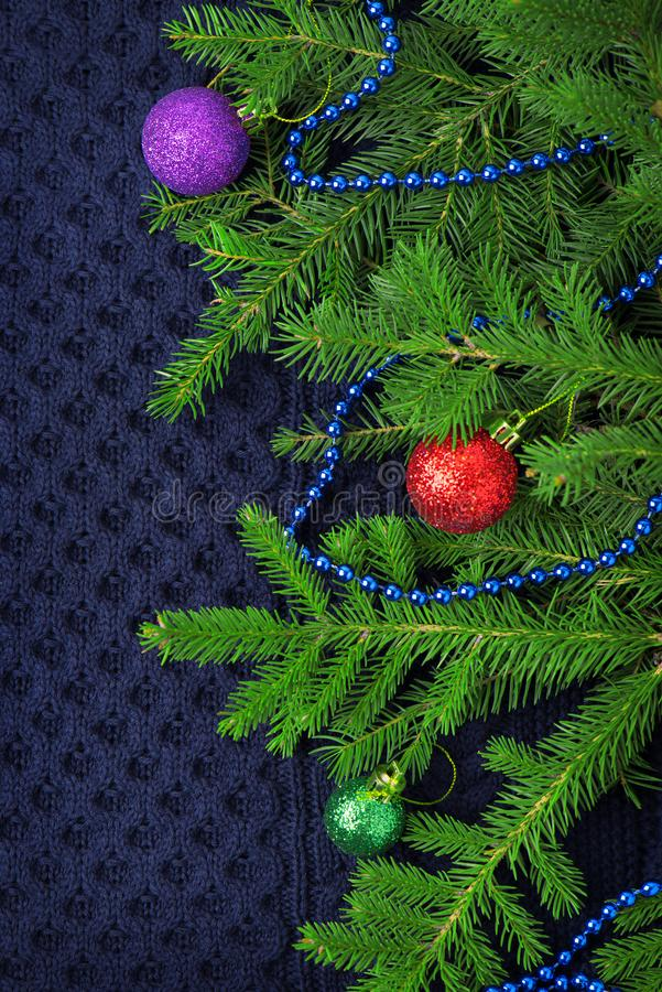 Weihnachtstannenbaum mit Dekoration auf dunkelblauem gestricktem Wollhintergrund stockfotos