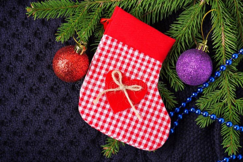 Weihnachtstannenbaum mit Dekoration auf dunkelblauem gestricktem Wollhintergrund stockfotografie