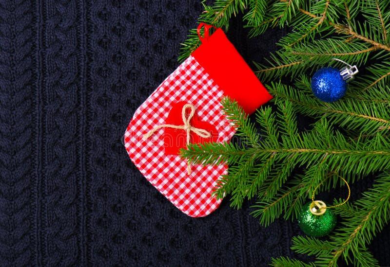 Weihnachtstannenbaum mit Dekoration auf dunkelblauem gestricktem Wollhintergrund stockbilder