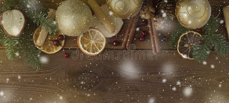 Weihnachtstannenbaum mit Dekoration auf dunklem Hintergrund des hölzernen Brettes E Kopieren Sie Platz stockbild