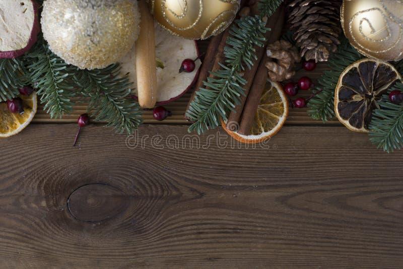 Weihnachtstannenbaum mit Dekoration auf dunklem Hintergrund des hölzernen Brettes E Kopieren Sie Platz stockfotos