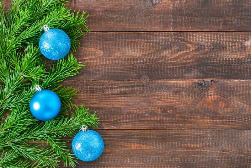 Weihnachtstannenbaum mit Dekoration auf hölzernem Hintergrund stockfotos