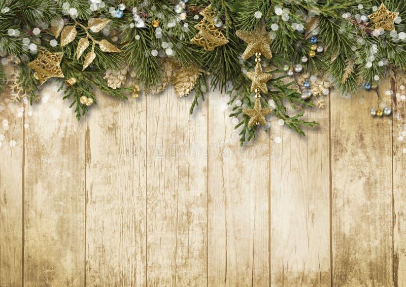 Weihnachtstannenbaum mit Weinlesedekoration auf hölzernem Brett stockfotografie