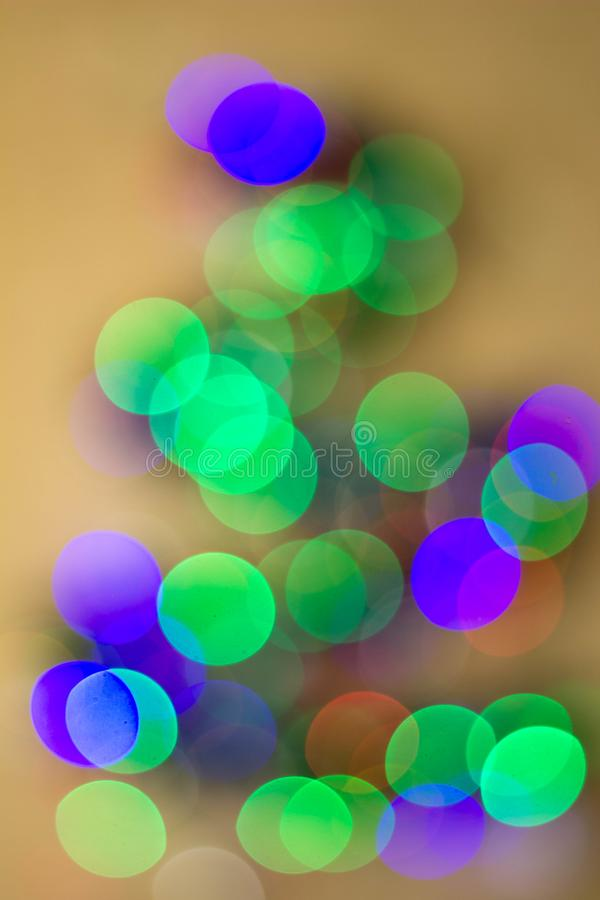 Weihnachtstannenbaum unscharf auf einem weißen Hintergrund Reflexe bokeh, die Form der dreieckigen Form wiederholend stockfoto