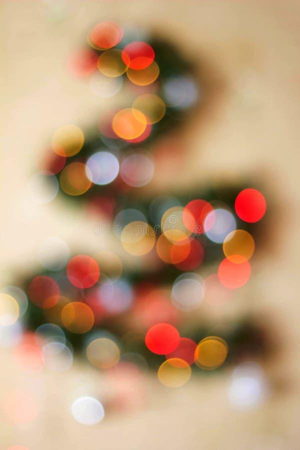 Weihnachtstannenbaum unscharf auf einem weißen Hintergrund Reflexe bokeh, die Form der dreieckigen Form wiederholend stockbilder