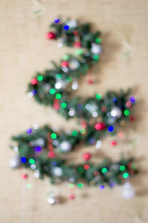 Weihnachtstannenbaum unscharf auf einem weißen Hintergrund Reflexe bokeh, die Form der dreieckigen Form wiederholend lizenzfreies stockbild