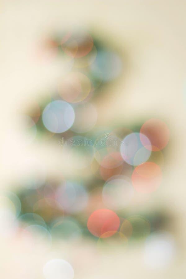 Weihnachtstannenbaum unscharf auf einem weißen Hintergrund Reflexe bokeh, die Form der dreieckigen Form wiederholend lizenzfreie stockbilder