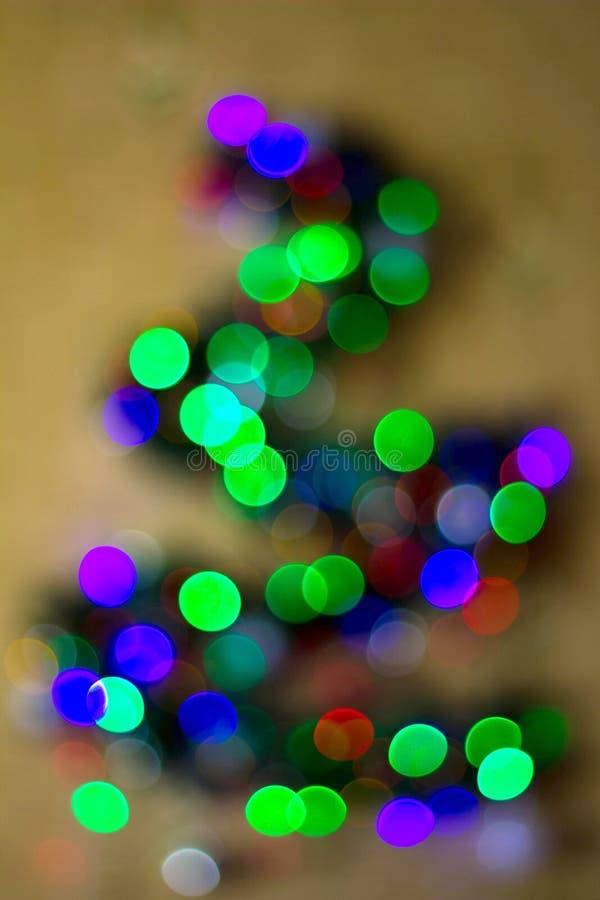 Weihnachtstannenbaum unscharf auf einem weißen Hintergrund Reflexe bokeh, die Form der dreieckigen Form wiederholend stockbild