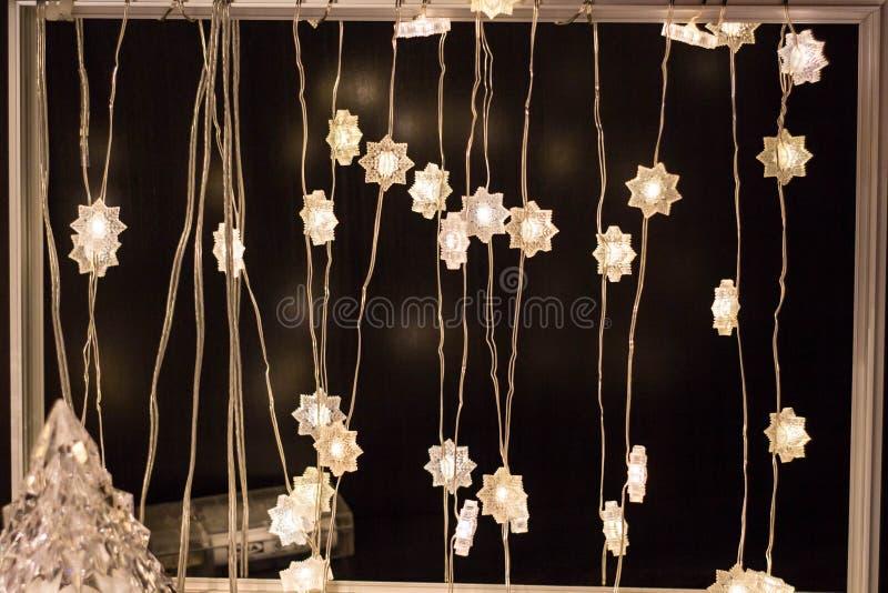 Weihnachtstannenbaum unscharf auf einem weißen Hintergrund Reflexe bokeh, die Form der dreieckigen Form wiederholend stockfotos