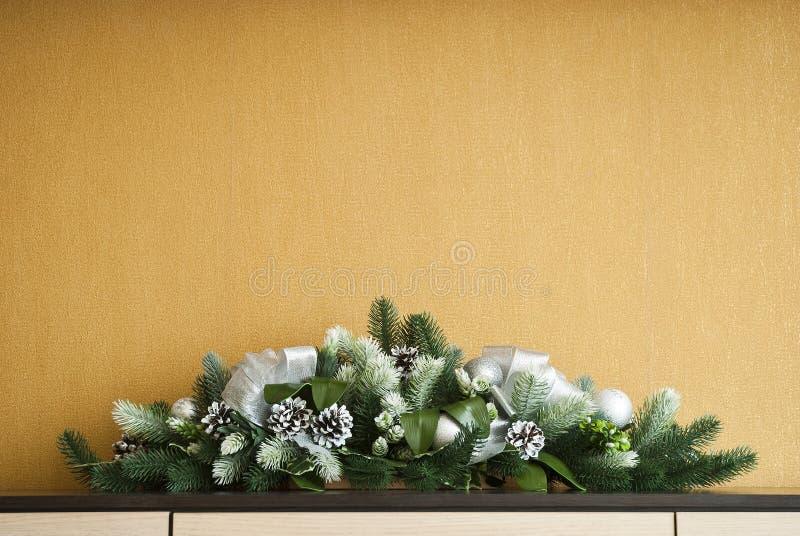 Weihnachtstannenbaumdekoration mit Tannenzapfen und Bällen stockbild