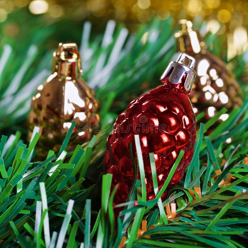 Weihnachtstannenzapfenspielwaren mit grüner Tannenbaumniederlassung lizenzfreie stockfotos